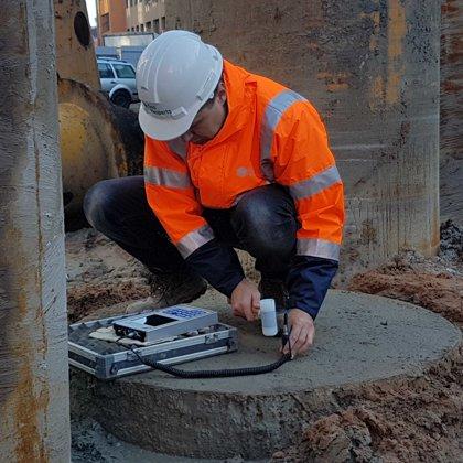 Attēlā redzama urbtā pāļa (diametrā 1180 mm, L=25 m) testēšana objektā, Rīgā