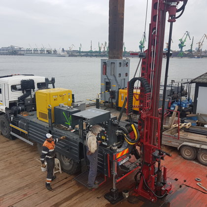 Urbšanas darbi Klaipēdas ostas akvatorijā no platformas