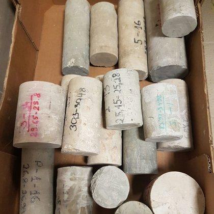 Urbumos noņemtie dolomīta paraugi, sagatavoti spiedes pārbaudei laboratorijā